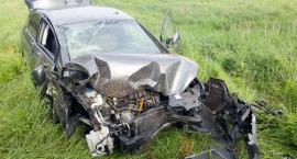 Samochód roztrzaskał się spadając ze skarpy