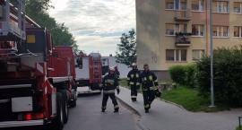 Koszalińska: Ktoś podpalił rzeczy na balkonie?