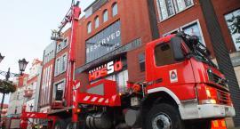 Pożar windy w galerii handlowej. Strażacy ruszają do akcji.