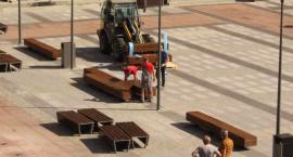 Nowe ławki na placu Wolności. Tak już zostanie