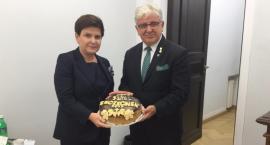 Premier Beata Szydło otrzymała chleb dożynkowy od rolników z Gminy Szczecinek