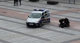 Człowiek z kijem na placu Wolności, 5 kanistrów schowanych w krzakach