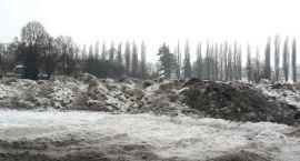 Śnieg leży i straszy – ratusz uspokaja