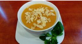 Elwira gotuje zupę dyniową z czerwoną soczewicą i gruszką