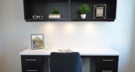 Ciemne meble biurowe - jak zaaranżować wnętrze?