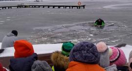 Co robić, gdy załamie się lód? Strażacy w Szczecinku szkolili dzieci