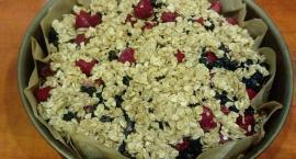 Elwira piecze ciasto owsiane z owocami