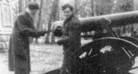 Pamiątkowe zdjęcie z armatą