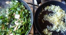 Elwira przygotowuje: Klopsiki z kaszy gryczanej na szpinaku z pieczarkami