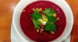 Elwira gotuje zupę krem z pieczonych buraków