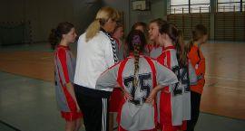 Dziewczęta szkół podstawowych grały w piłkę ręczną