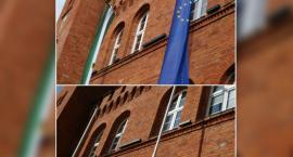 Flagi wiszą, bo... mogą. Przed ratuszem załopotały flagi Polski, UE i Szczecinka (Akt.)