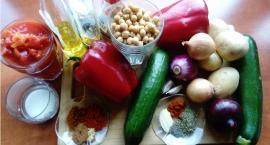 Elwira przygotowuje warzywa na lekkie grillowanie