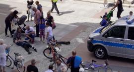 Kłótnia młodych rowerzystów i pechowy finał przejażdżki na placu Wolności