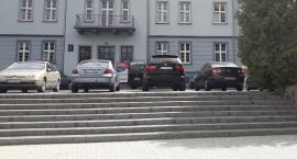 Teren przy zamku: Samochody zagradzają przejście [Wrzuć Temat]