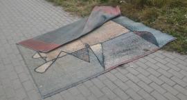 """Historia porzuconego dywanu z ulicy Szkolnej. """"Przemieszcza się"""" już kilka miesięcy"""