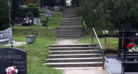 Ścieżka na cmentarzu z nową nawierzchnią. Co ze schodami?