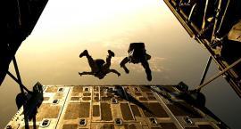 Skok spadochronowy – zrób to jeszcze przed jesiennym ochłodzeniem