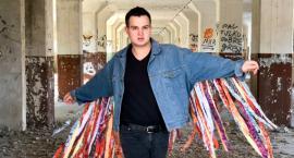 Kamil Kowalski ze swoim pierwszym utworem. Nazywa się