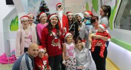 Mikołajki w szczecineckim szpitalu. Uczniowie z I LO wręczyli prezenty dzieciom