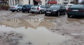 Parking w centrum Szczecinka z wiecznymi wyrwami. Kiedy poprawa?