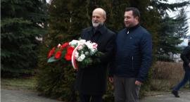 74. rocznica zdobycia Szczecinka. Starosta składa kwiaty pod pomnikiem  Zdobywców Wału Pomorskiego