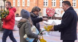 Tulipany i ciastka. Niespodzianka od PiS na Dzień Kobiet