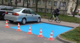 Po naszej interwencji: na ul. Mierosławskiego miejsca dla niepełnosprawnych wreszcie są niebieskie
