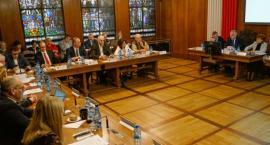 Radni mogą zadawać pytania w trakcie sesji. Tym razem głos zabiera wiceminister MSWiA