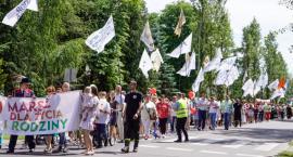 Chcą mówić głośno, że życie jest cudem. Ulicami Szczecinka przeszedł Marsz dla Życia i Rodziny