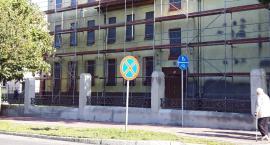 Zabytkowy płot przy ul. Kościuszki właśnie znika. Kto na to pozwolił?