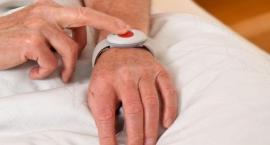 Seniorzy z opaskami. Ratusz wyda pieniądze na teleopiekę