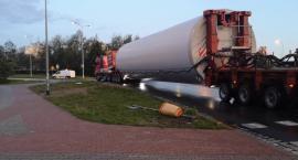 Gigantyczne części wiatraka przejechały przez Szczecinek. To dopiero dwie pierwsze