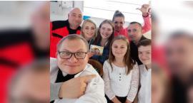 """Akcja """"Łukasz - Serce za Serce"""". Dzieci z SP 4 w Szczecinku z niecodzienną wizytą w szpitalu"""