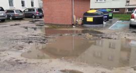 Podtopione podwórko i parking. Lokator pyta, czy można liczyć na zmianę?