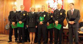 Nagrodzeni strażnicy, spór o jezioro oraz