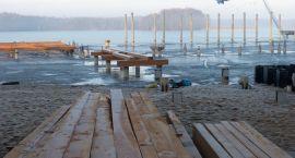 Przebudowa Plaży Miejskiej. Mimo zimy i lodu prace trwają