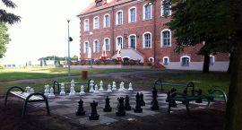 Królowe i królowie zapraszają na szachy koło zamku