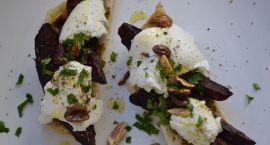 Marta piecze grzanki z pieczonymi buraczkami i mozzarellą