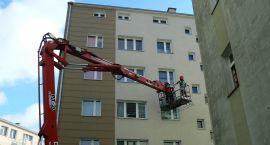 Dziewczyna nie chciała zejść z dachu, wyskoczyła przez okno (akt.)