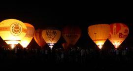Balony nocą jako część koncertu disco polo