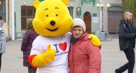 Żółty miś przytulał ludzi w centrum Szczecinka