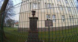 Pomnik dyrektora doczeka się remontu. Najpierw musi przetrwać zimę