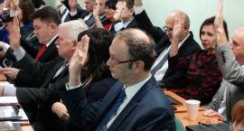 Powiat z przyjętym budżetem. Dyskusja o Kronospanie i pierogach