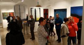 Wykładowcy UMK ze swoimi obrazami w Szczecinku