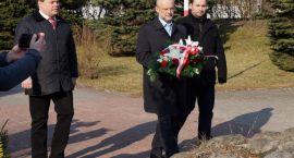 Kwiaty pod pomnikiem Zdobywców Wału Pomorskiego