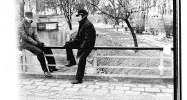 Dwóch maturzystów na mostku