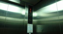 Bezdomna jeździła windą w przychodni i piła piwo