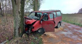 Vw transporter uderzył w drzewo. Trzech mężczyzn trafiło do szpitala