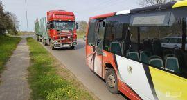 W autobus miejski uderzyła ciężarówka do przewozu drewna